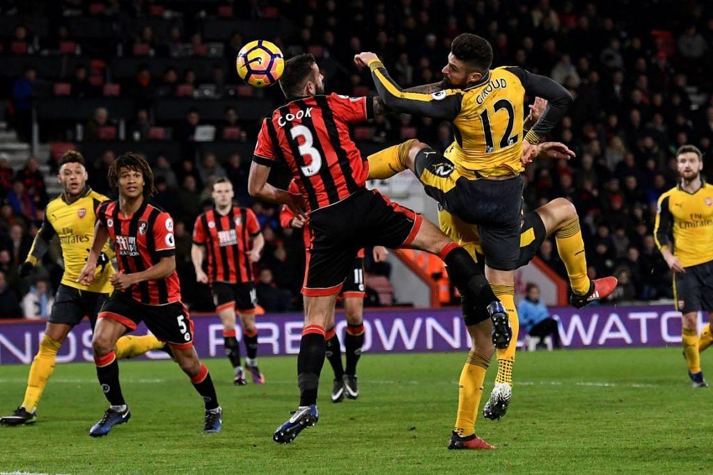 Olivier Giroud menjarinkan gol ketiga Arsenal yang membolehkan ia seri 3-3 dengan Bournemouth dalam perlawanan EPL di Stadium Vitality pada 3 Januari 2017.