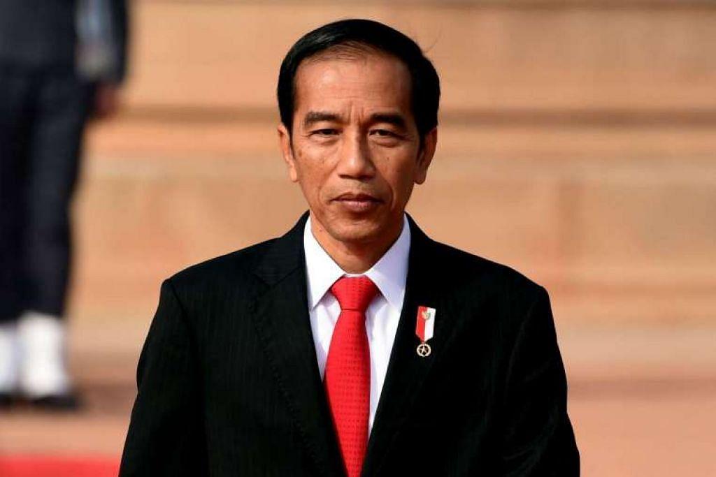 Presiden Indonesia, Encik Joko Widodo, memeriksa kawalan kehormatan semasa satu majlis istiadat di Istana Presiden di New Delhi pada 12 Dis 2016, semasa melawat India.
