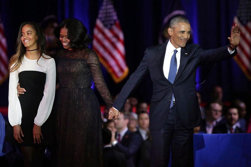 Presiden Barack Obama, Wanita Pertama Michelle Obama, dan anak mereka, Malia, menemui penyokong selepas Encik Obama menyampaikan ucapan perpisahan beliau sebagai presiden di Chicago, Illinois pada 10 Januari 2017.