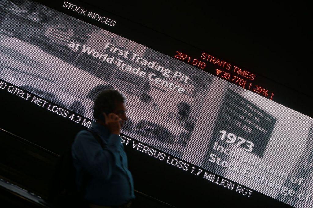Paparan Indeks Straits Times (STI)  pada papan iklan di Pusat SGX Centre selepas pasaran ditutup pada 21 Ogos 2015, pada paras 2971.010.