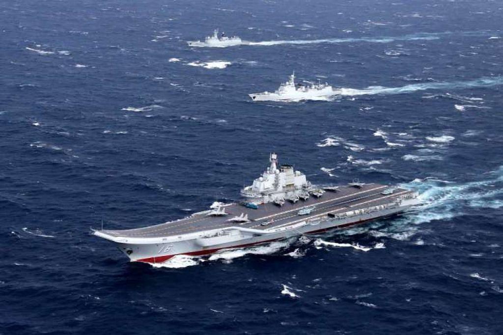 Gambar fail kapal induk pesawat Liaoning China. Taiwan mengerahkan dengan tergesa-gesa jet dan kapal tentera lautnya pada Rabu (11 Jan) apabila sekumpulan kapal perang China, diketuai sebuah kapal induk pesawat Liaoning, belayar ke utara melalui Selat Taiwan.