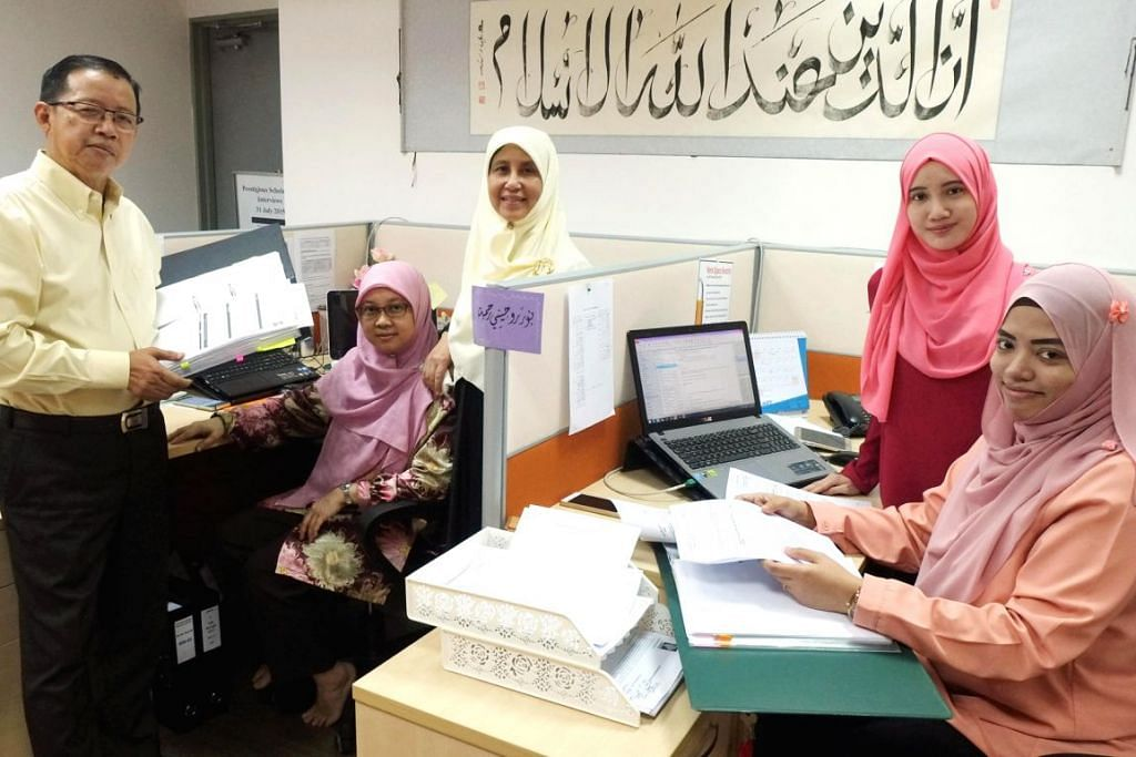 MEMACU KE HADAPAN: Di bawah bimbingan dan rangkaian luas Encik Ramli Puteh (kiri), LBKM akan terus mempertingkat dan mempergiat usaha agar kekal relevan dalam memenuhi keperluan penerima dan penderma. Bersamanya ialah kakitangan LBKM (dari kiri) Cik Sabariah Baba, Cik Aliyah Said Khadaied, Cik Siti Najihah Anuwar dan Cik Nur Ruhaini Rahmat. – Foto KHALID BABA