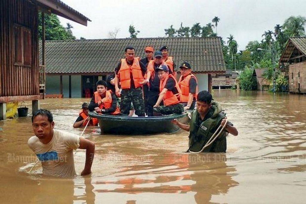 BANJIR DI SELATAN THAILAND: Anggota keselamatan dikerah membantu mangsa banjir di selatan Thailand yang sejauh ini telah meragut 40 nyawa dengan lebih banyak hujan dijangka melanda  dalam beberapa hari lagi. – Foto BANGKOK POST