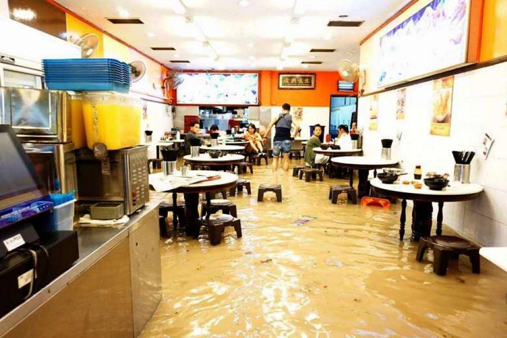 Salah satu kedai yang terjejas akibat banjir di Upper Thomson Road pada  24 Dis.