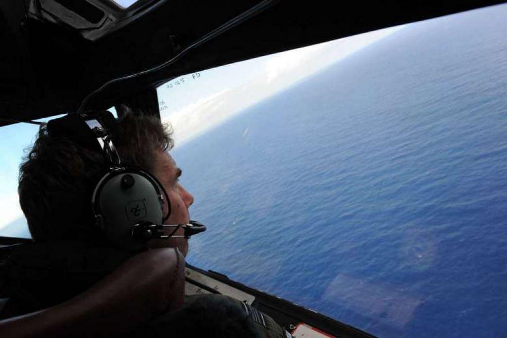 Kru pesawat  Angkatan Udara Diraja  New Zealand  P-3K2 Orion mencari kesan MH370 di Perth pada 13 April 2014.