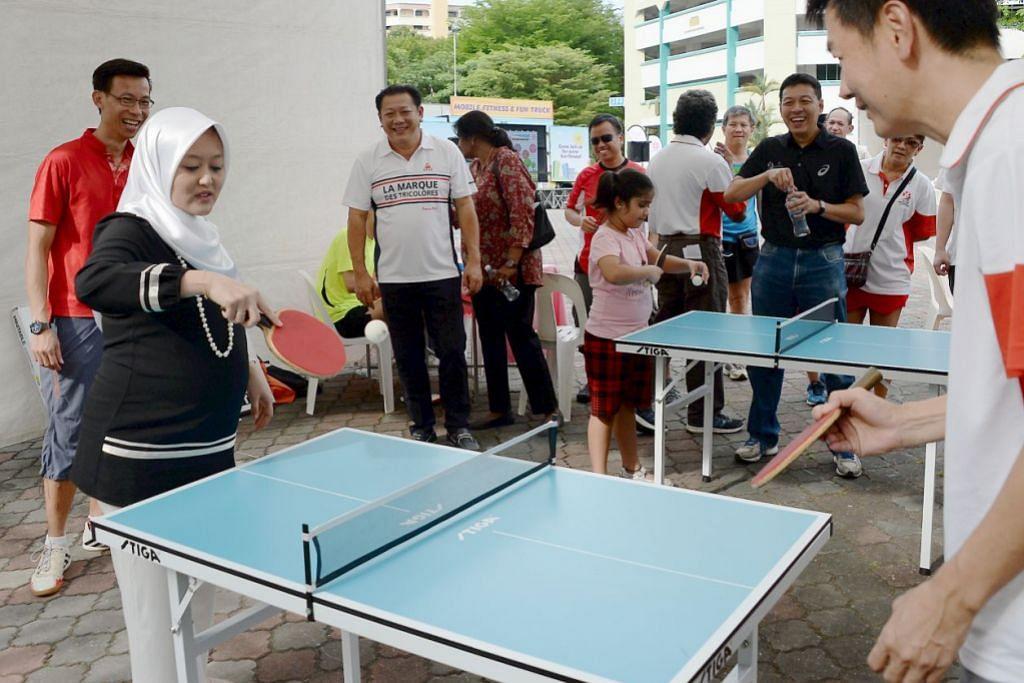 SUKAN DI KAWASAN KEJIRANAN: Cik Rahayu Mahzam bermain pingpong di acara riadah Fun Fitness @ Bukit Batok East. – Foto ZAINAL YAHYA