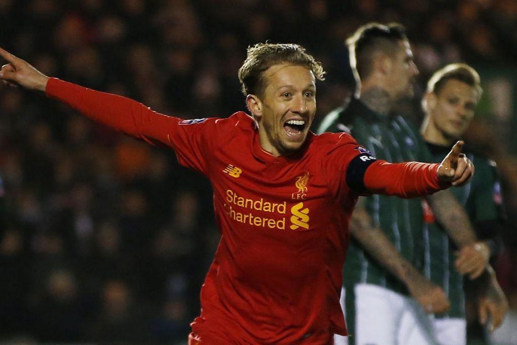 Lucas raikan kemenangan selepas menyumbatkan gol Liverpool.