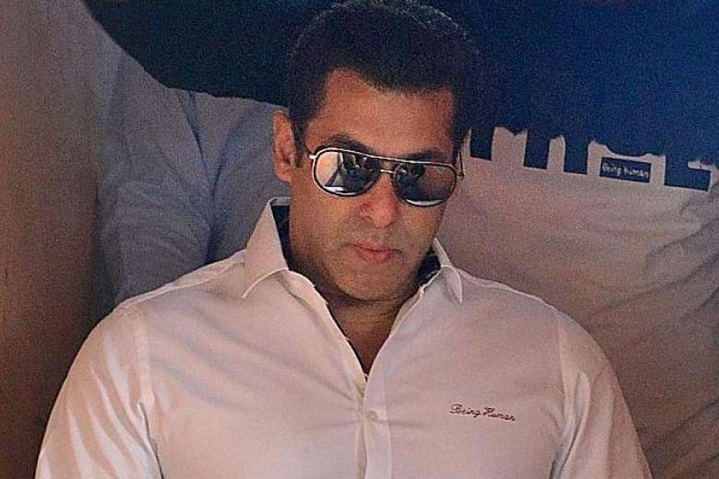 Salman Khan keluar dari mahkamah selepas keputusan.