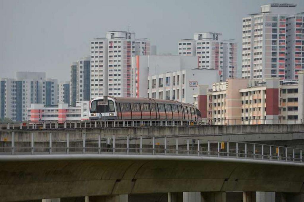 Sebuah kereta api bergerak ke arah Jurong East MRT station.