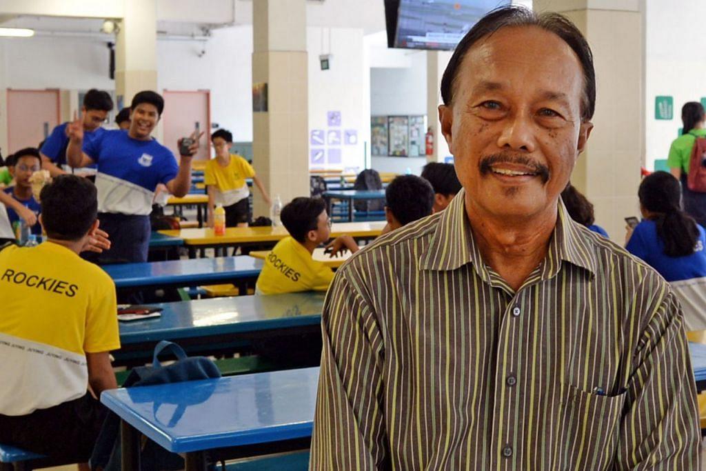 CIKGU SIES GENAP 52 TAHUN JADI GURU, 71: Cikgu Sies Senan dikenali sebagai jurulatih bola sepak yang tidak pernah jemu menabur bakti membimbing pemain muda bola sepak tanah air. Dalam usia 71 tahun, beliau masih kekal antaranya aktif bermain golf dan semalam merupakan tahun ke-52 beliau mengajar bahasa Melayu dan masih mengajar di Sekolah Menengah Juying.