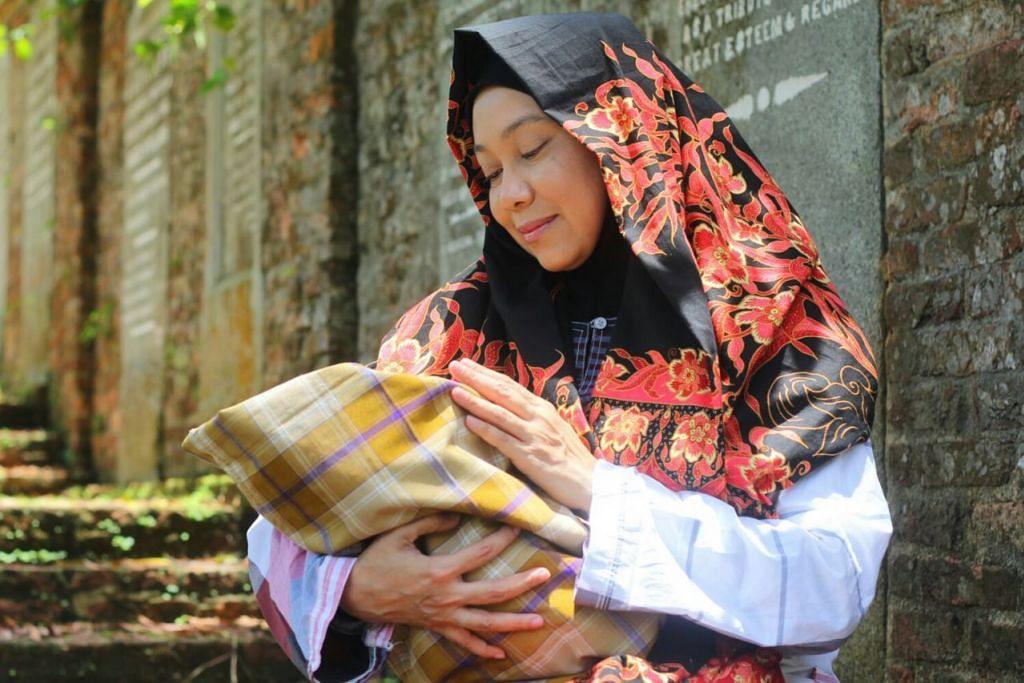 KASIH IBU: None Mohd Zain yang memegang peranan utama sebagai ibu dalam taridra Deruma, turut menyanyi dan berpuisi selain menari dalam pementasan yang menggabungkan kumpulan tarian Azpirasi dan Dian. – Foto AZPIRASI
