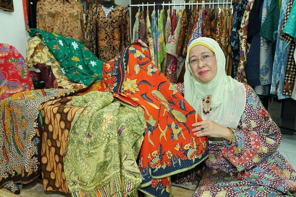 BAGAIKAN 'PAKAR' BATIK: Cik Faulena dengan sebahagian batik yang dijadikan asas bagi fesyen-fesyen rekaannya mempunyai pengetahuan mendalam tentang batik termasuk motif serta makna di sebalik coraknya. – Foto-foto IBRAHIM MOHAMAD ISKANDAR