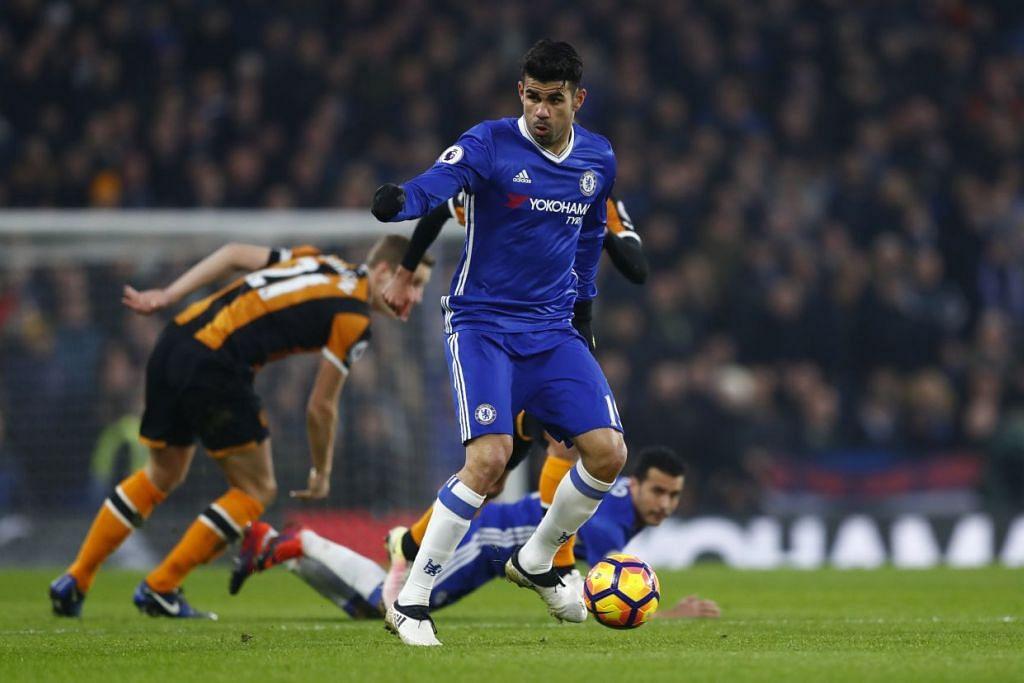 Diego Costa beraksi dalam pelawanan menentang Hull. Chelsea menang 2-0.