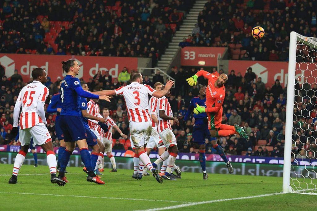 Penjaga gawang Stoke, Lee Grant, tidak berdaya menyelamatkan sepakan percuma Wayne Rooney ke penjuru gawang. Gol ke-250 Rooney itu menjadikan beliau penjaring gol terbanyak Manchester United, mengatasi rekod pemain legenda Bobby Charlton.