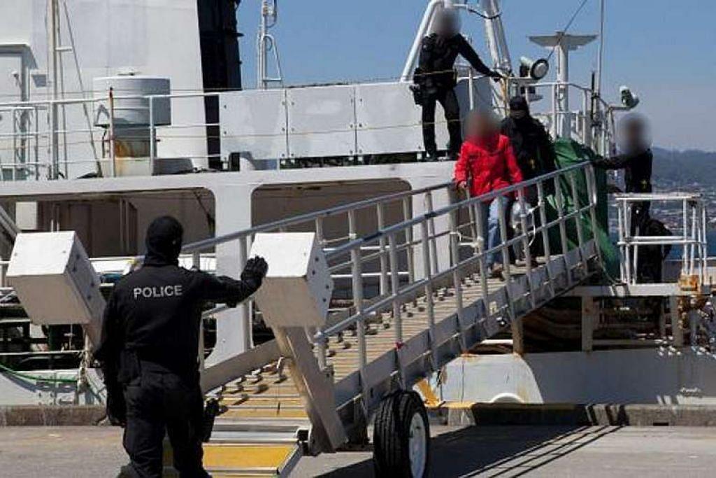 Pihak berkuasa Australia menyerbu sebuah bekas kapal tangkap ikan paus pada 12 Disember dan merampas kira-kira 180 kg kokain bernilai lebih A$60 juta. Antara yang ditahan ialah  seorang lelaki warga Singapura.