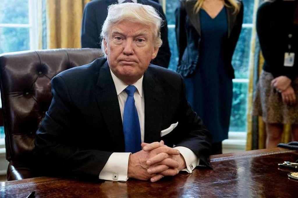 Presiden Amerika Syarikat Donald Trump selepas menandatangani satu arahan eksekutif di pejabatnya di Rumah Putih di Washington, DC.