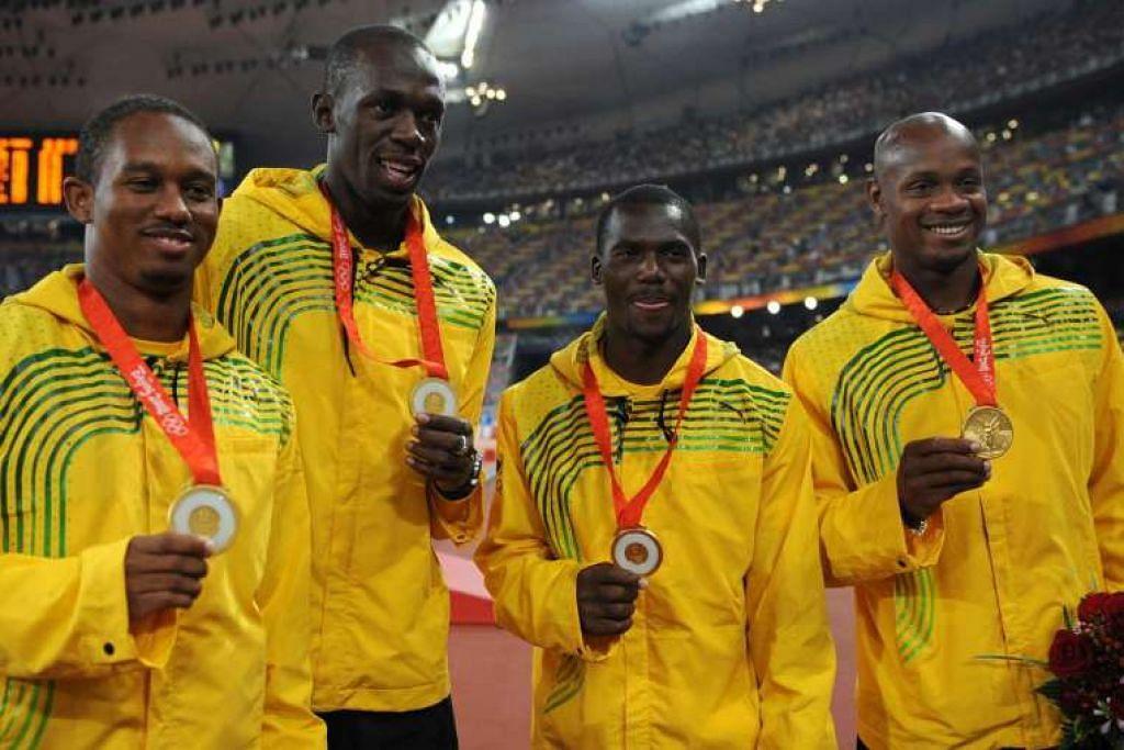 Gambar 2008 menunjukkan Usain Bolt dan rakan pasukan larian berganti-ganti Michael Frater, Asafa Powell dan Nesta Carter, dengan pingat emas mereka.
