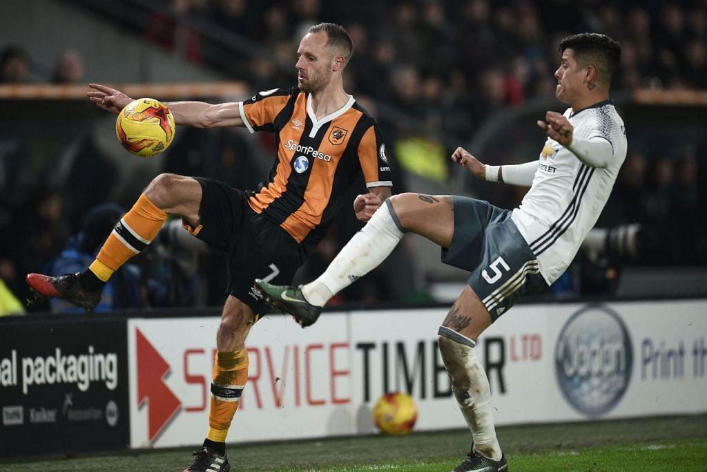 Pemain Hull City, David Meyler (kiri), bersaing dengan pemain Manchester United, Marcos Rojo, dalam perlawanan separuh akhir kedua Liga Bola Sepak Inggeris.