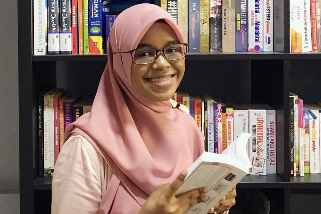 MINAT BACA NOVEL MELAYU: Cik Diyanah Hadfina Mohamed Azaman berharap novel-novel Melayu yang ditulis para novelis Singapura diadaptasi menjadi drama supaya dapat dinikmati penonton setempat. - Foto ihsan DIYANAH HADFINA