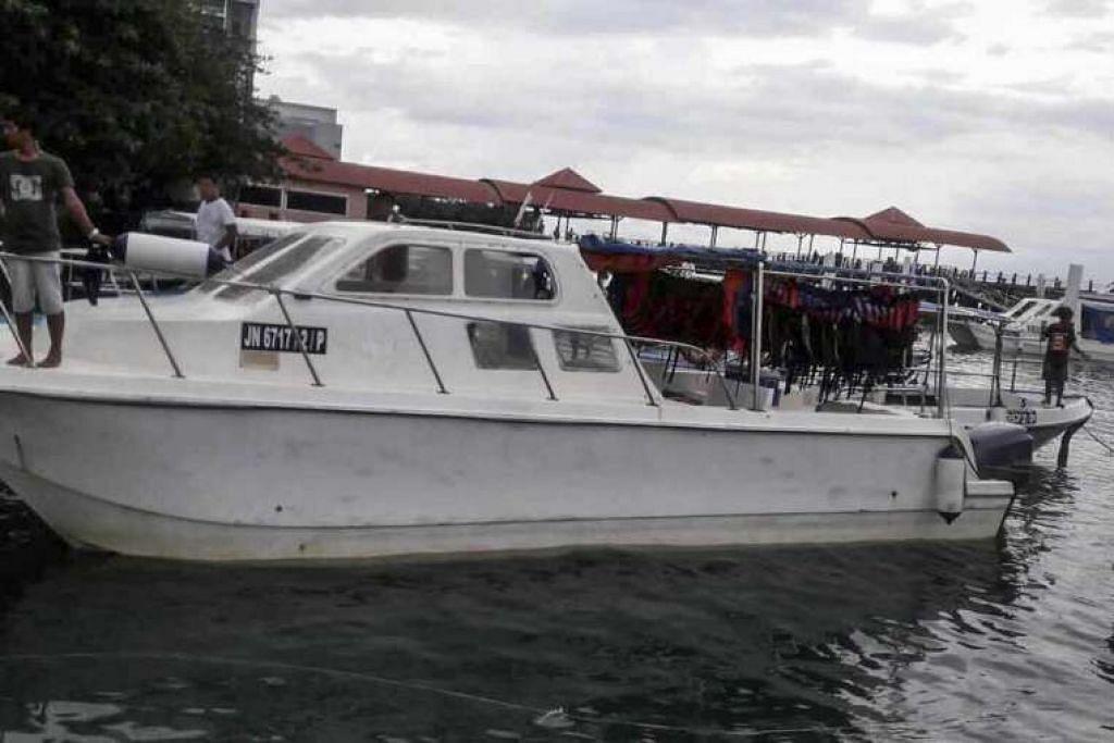 Katamaran yang digunakan untuk membawa pelancong China ke Pulau Mengalum.