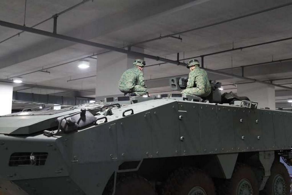 Kakitangan SAF menjalankan pemeriksaan ke atas kenderaan Terrex yang dipulangkan oleh Hong Kong kepada Singapura pada Isnin (30 Jan).
