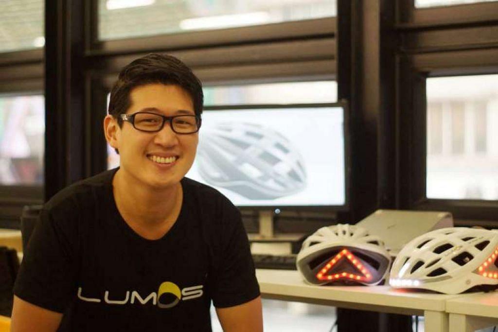 Jurutera mekanikal Ding Eu Wen bersama prototaip topi keledar Lumos yang direkanya.
