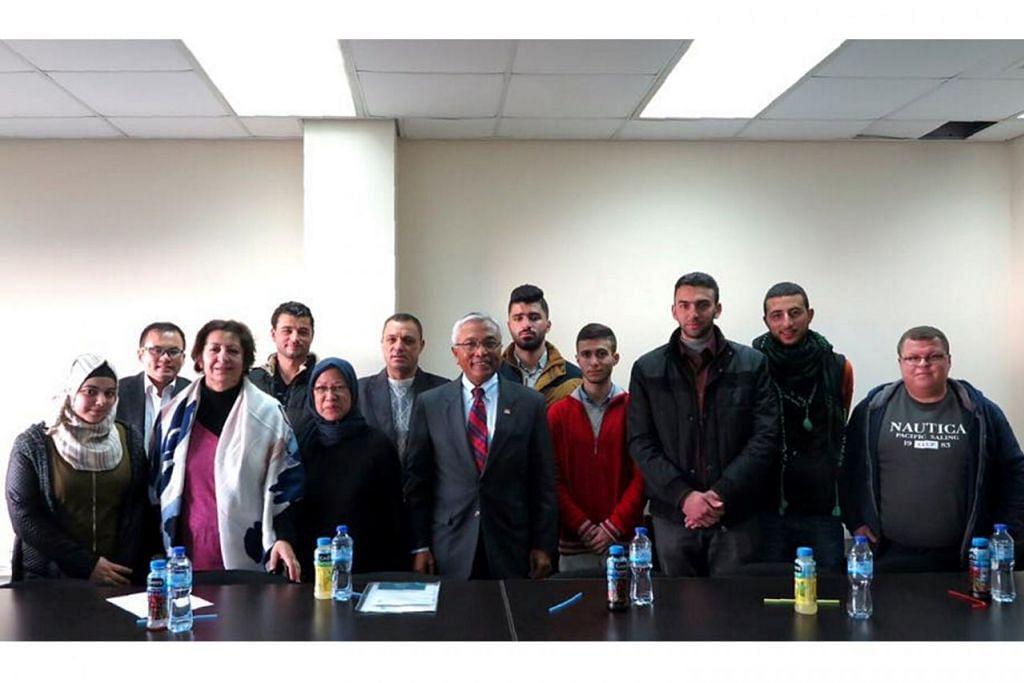 TEMUI PELAJAR: Encik Hawazi menemui pemimpin pelajar dari Universiti Birzeit dan berkata beliau kagum dengan tahap pendekatan politik mereka. - Foto MFA