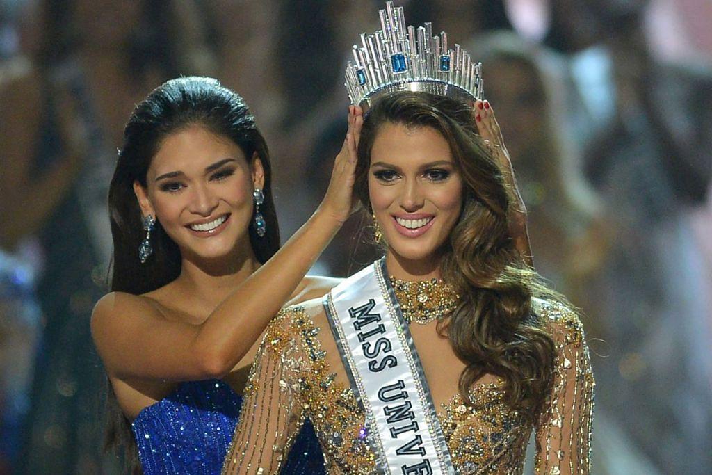 WANITA TERCANTIK: Peserta Perancis, Iris Mittenaere (kanan) dinamakan sebagai Miss Universe 2017, menerima mahkota daripada bekas Miss Universe, Pia Wurtzbach, dari Filipina di acara yang berlangsung di Mall of Asia Arena, Manila kelmarin. - Foto AFP