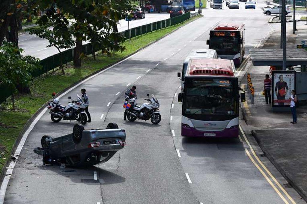 Kereta yang terbalik di lorong paling kanan di Lorong 1 Toa Payoh, arah ke Toa Payoh Central.
