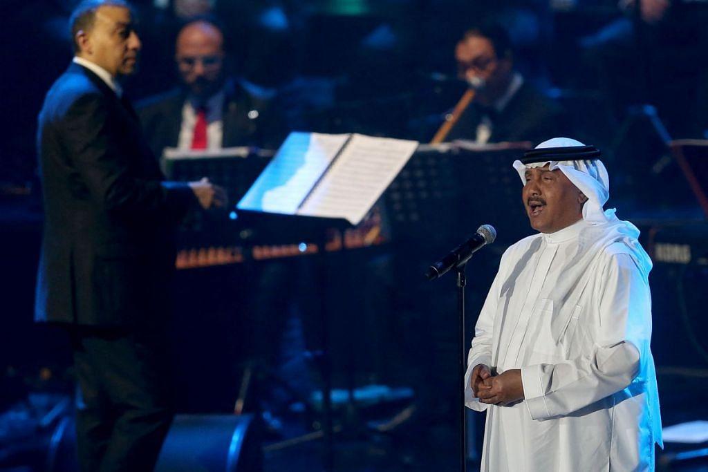 Kira-kira 8,000 peminat, kebanyakannya muda dan semuanya lelaki, memenuhi stadium tertutup di Jeddah pada 30 Jan 2017 bagi menikmati lagu-lagu Mohammed Abdu yang romantis dan patriotik. GAMBAR REUTERS