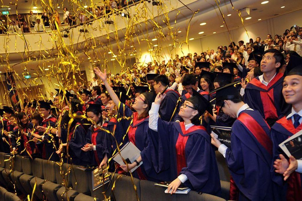 Graduan NUS di konvokesyen mereka.