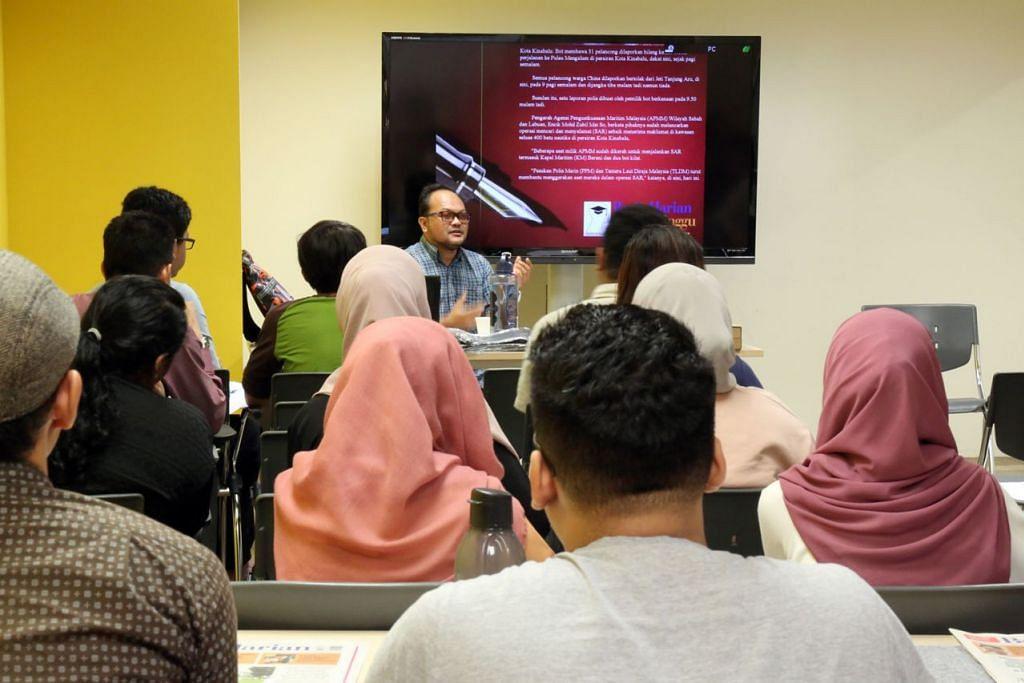 BENGKEL KEWARTAWANAN BUAT PELAJAR: Encik A Rahman membimbing pelajar mengenai asas kewartawanan. - Foto PUTRI MARDHIYAH YAZID