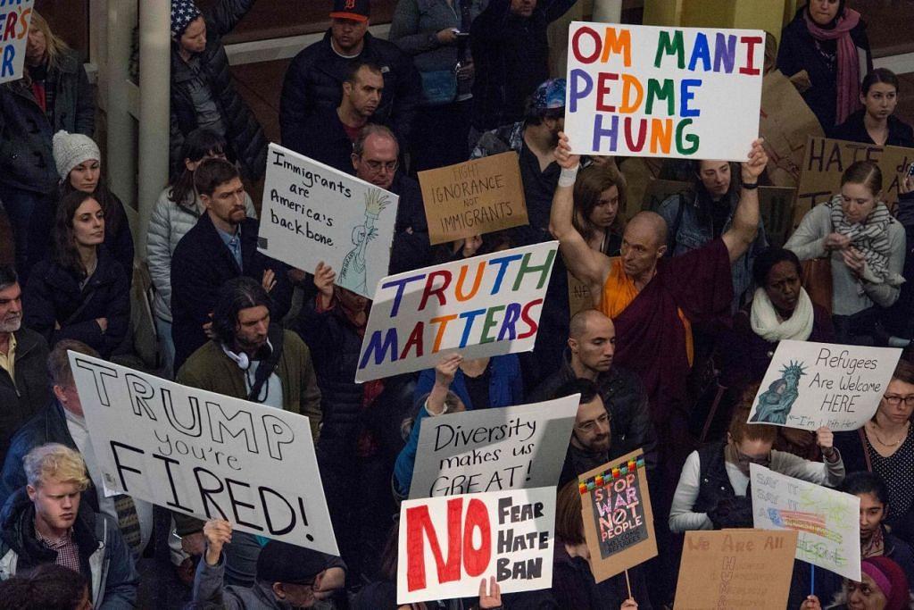 Penunjuk perasaan membantah arahan eksekutif Presiden Donald Trump di Lapangan Terbang Nasional Reagan in Arlington, Virginia pada 1 Feb.