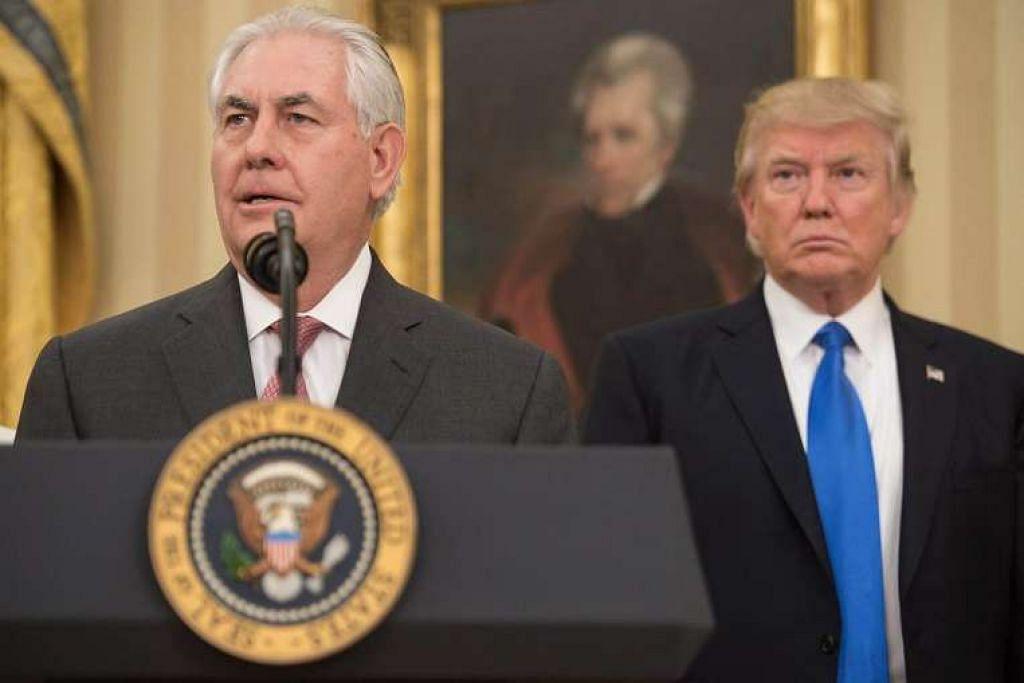 Encik Rex Tillerson mengangkat sumpah sebagai Setiausaha Negara Amerika, dengan disaksikan Presiden Donald Trump, di Pejabat Oval di Rumah Putih pada 1 Feb 2017.