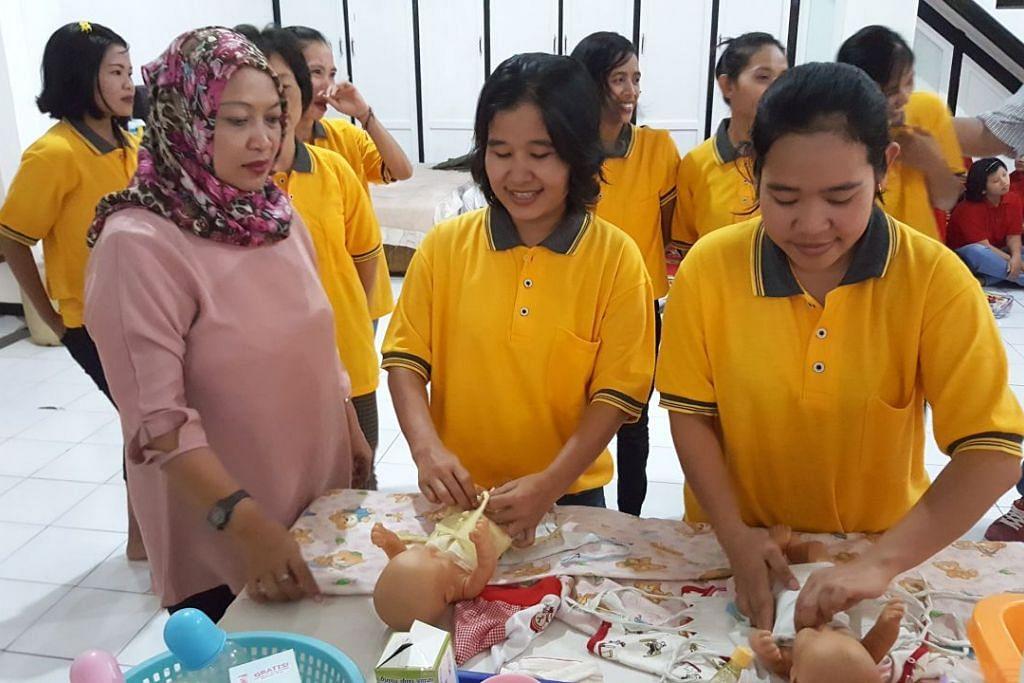 Mulai 1 Mac, jumlah yang perlu dibayar pembantu rumah Indonesia kepada pihak yang mengrekrut mereka dan agensi pekerjaan untuk bekerja di Singapura akan dihadkan kepada  $2,700 bagi pekerja dari luar Jawa dan $2,550 bagi dari Jawa.