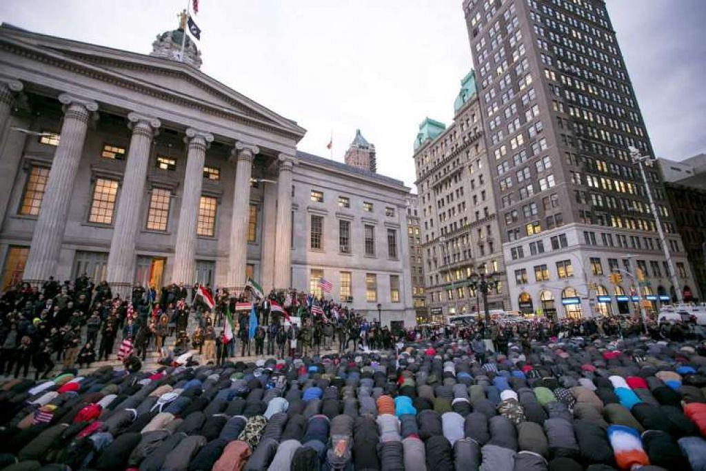 Orang Islam, termasuk ramai pemilik perniagaan milik orang Yaman, solat di luar Dewan Brooklyn Borough semasa bantahan terhadap sekatan imigresen di bawah arahan eksekutif  Presiden Donald Trump terahdap tujuh negara majoriti Islam.