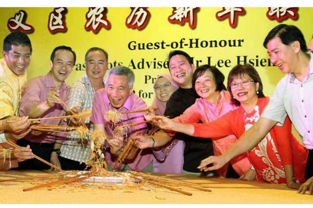 RAI TAHUN BARU CINA: Perdana Menteri Lee Hsien Loong (keempat dari kiri) di majlis makan malam sempena Tahun Baru Cina Teck Ghee kelmarin. Bersama beliau (dari kiri) ialah Encik Darryl David; Dr Koh Poh Koon, Menteri Negara (Pembangunan Negara merangkap Perdagangan dan Perusahaan); Encik Patrick Toh; Dr Intan Azura Mokhtar, AP GRC Ang Mo Kio; Dr Lam Pin Min, Menteri Negara (Kesihatan); Dr Lee Bee Wah, AP GRC Nee Soon; Mayor Daerah Central, Cik Denise Phua; dan Encik Ang Wei Neng, AP GRC Jurong. - Foto THE STRAITS TIMES