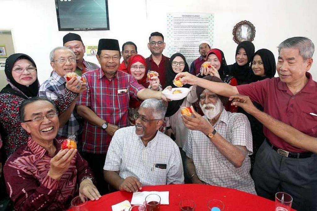 Pengerusi Masjid Saidina Abu Bakar As-Siddiq, Datuk Ibrahim Thambychik, memberi limau dalam mangkuk kepada tetamu di rumah terbuka Tahun Baru Cina masjid itu pada Sabtu (4 Feb).