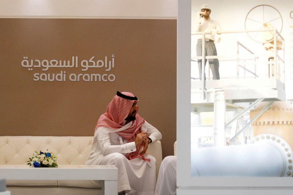 Seorang pekerja Saudi Aramco duduk di kios syarikat itu di pameran Middle East Petrotech 2016 di Manama, Bahrain, pada September 2016.