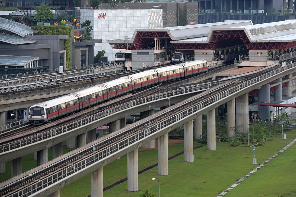 Kereta api SMRT di Stesen Jurong East.
