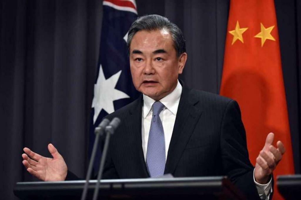 172/5000 Menteri Luar China, Encik Wang Yi, bercakap dalam satu sidang akhbar bersama Menteri Luar Australia,  CikJulie Bishop, di Dewan Parlimen di Canberra pada 7 Feb 2017.