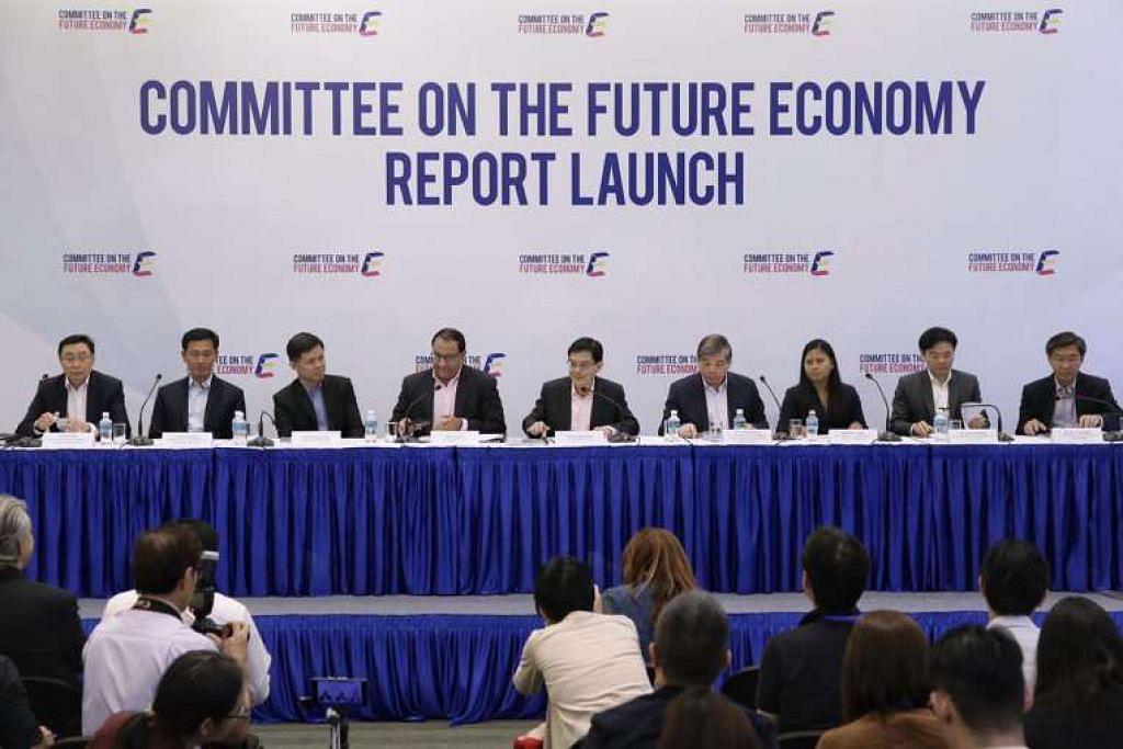 Jawatankuasa Ekonomi Masa Depan, dipengerusikan bersama Menteri Kewangan Heng Swee Keat (tengah) dan Menteri Perdagangan dan Perusahaan (Industri) S Iswaran (empat dari kiri), mengeluarkan laporannya pada 9 Feb 2017.