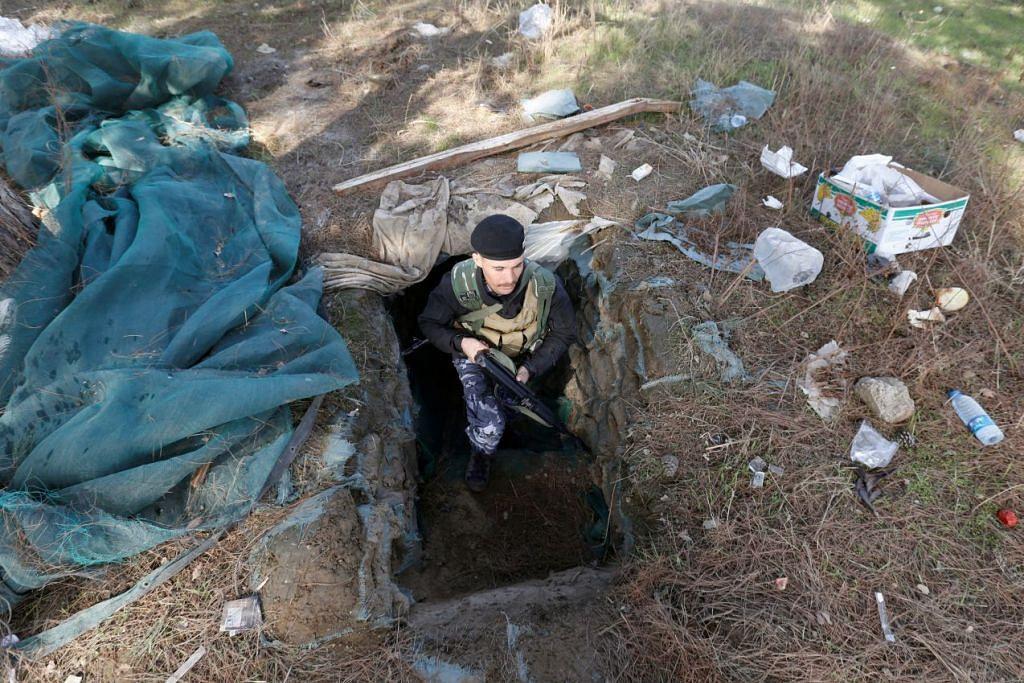 Seorang pegawai polis persekutuan Iraq keluar selepas memeriksa terowong yang digunakan oleh militan ISIS di Mosul pada 4 February  2017.
