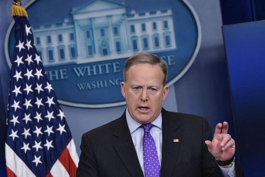 Setiausaha Akhbar Rumah Putih, Encik Sean Spicer, bercakap pada taklimat harian di Bilik Taklimat Brady di Rumah Putih pada 8 Februari 2017 di Washington, DC.