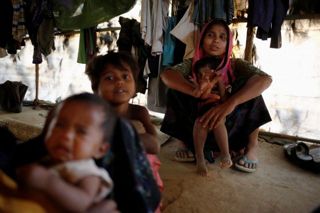 Pelarian Rohingya duduk di dalam khemah mereka di Kem Sementara Pelarian Balukhali di Cox's Bazar, Bangladesh.