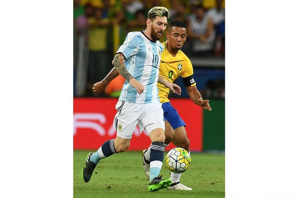 SAING BOLA: Bakat muda Brazil, Gabriel Jesus (kanan), cuba merampas bola daripada kaki bintang Argentina, Lionel Messi, dalam pertemuan kelayakan Piala Dunia 2018 baru-baru ini. - Foto AFP