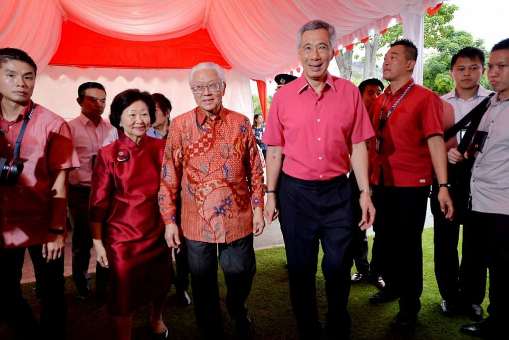 MAJLIS JAMUAN: Presiden Singapura, Dr Tony Tan (tengah) bersama isterinya, Cik Mary Tan, dan Perdana Menteri, Encik Lee Hsien Loong, di majlis jamuan Tahun Baru Cina di The Meadow, Taman di Persisiran, semalam. - Foto M.O. SALLEH.