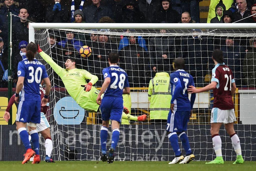 Penjaga gawang Chelsea Thibaut Courtois, gagal menyelamatkan sepakan percuma Robbie Brady, menjadikan  keputusan perlawanan berakhir 1-1, dalam perlawanan bola sepak Liga Perdana Inggeris antara Burnley dan Chelsea di Turf Moor di Burnley. /