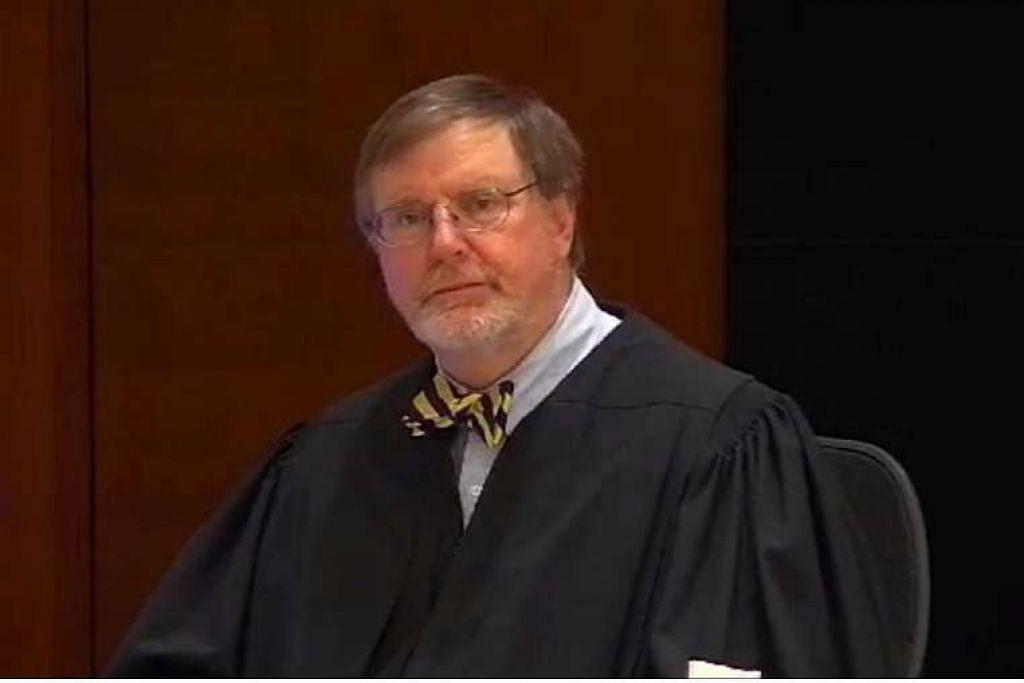 Hakim Daerah James Robart di Seattle menggantung arahan Encik Trump, yang melarang sementara rakyat tujuh negara majoriti Muslim memasuki Amerika,  selepas kesahihan arahan itu dicabar oleh kerajaan Washington.