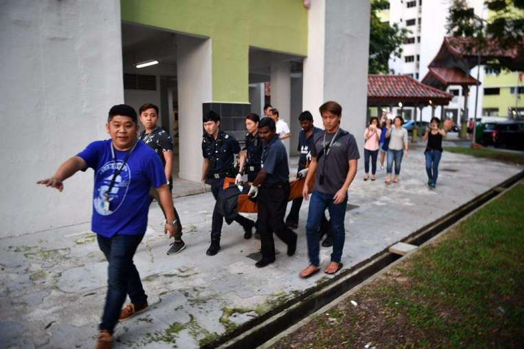 Pegawai polis membawa mayat wanita yang ditemui mati di sebuah flat di Tampines, pada 13 Feb 2017.